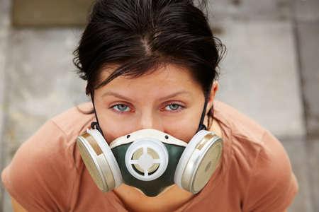 mascara de gas: caucasian mujer está usando una máscara de gas