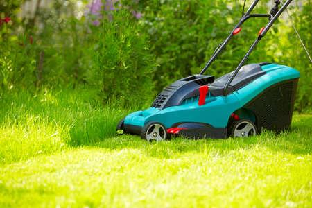 Rasen mähen mit neuen modernen Mäher