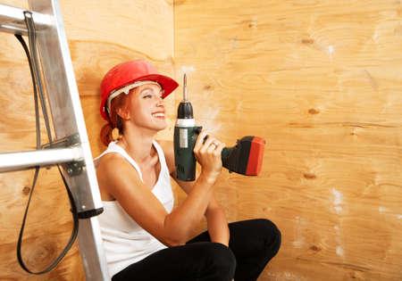 casco rojo: caucasian mujer como trabajador llevaba casco protector rojo