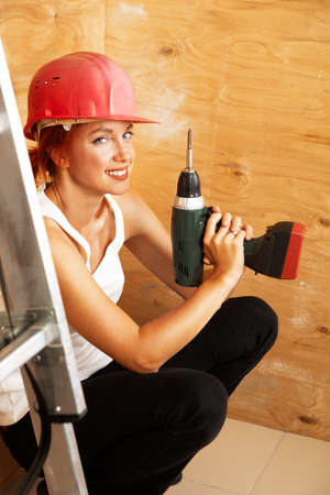 kaukasischen Frau als Arbeiter in roten Schutzhelm Standard-Bild