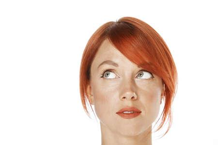 femme regarde en haut: Gros plan d'une femme de race blanche belle. En levant les yeux vers le c�t� Banque d'images