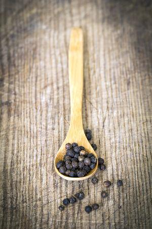 pimienta negra: pimienta negro en una cuchara de madera