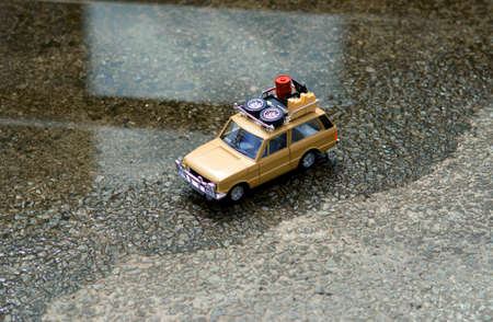 Een off-road auto met een dak dat door de voorsteden van de stad straten van Seoul loopt, waar het water enigszins is ondergedompeld. Stockfoto
