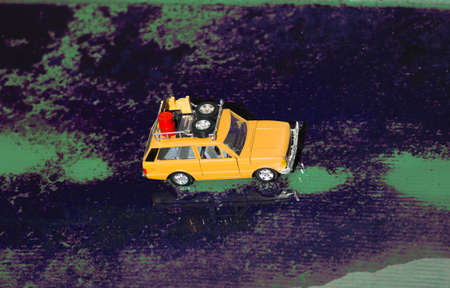 Een offroad-auto met een met olie gevulde emmer en reddingsuitrusting in de imperiaal.