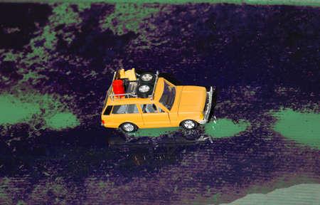 Un'auto fuoristrada con un secchio pieno di olio e attrezzatura di soccorso nel portapacchi. Archivio Fotografico - 91858203