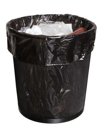 Zwarte mesh office bin vol vuilnis, geïsoleerd op wit Stockfoto