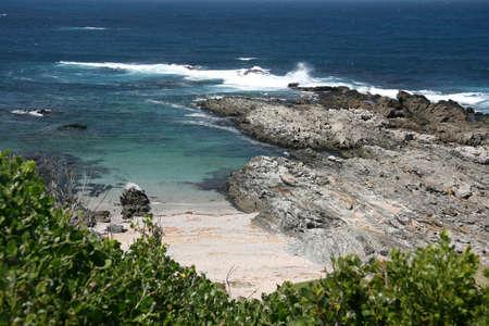 gully: Una tranquila playa de barranca en la costa azul con agua Foto de archivo