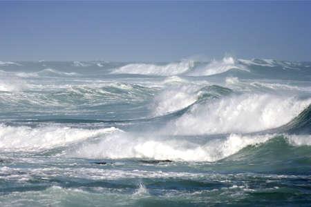 mare mosso: Grandi onde oceaniche rottura su un burrascoso giorno