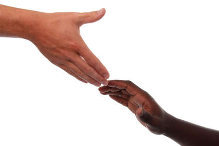 reaching hands: Kaukasische hand reiken aan een Afrikaanse hand in help