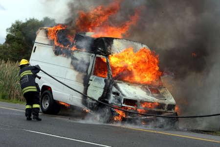 camion de bomberos: Veh�culo de motor de combusti�n sido sacado por bomberos en ropa de protecci�n