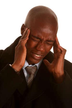 hombre preocupado: Hombre de negocios africanos con dolor de cabeza y la celebraci�n de su cabeza