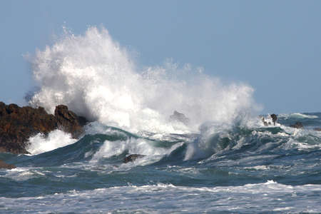 mares: Mar tormentoso y ondas de bloqueos en las rocas  Foto de archivo