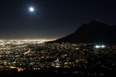 night moon: Ciudad de ciudad del cabo en la noche con la Luna en el cielo