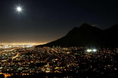 cenital: Ciudad de ciudad del cabo en la noche con la Luna en el cielo