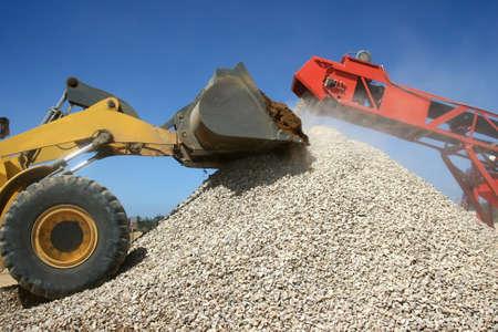 cinta transportadora: Cintur�n de cargador y transportador de front-end en una pila de piedra graduada
