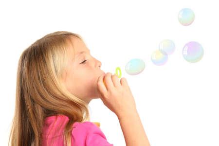 pompas de jabon: Ni�a con el pelo rubio soplar burbujas de jab�n