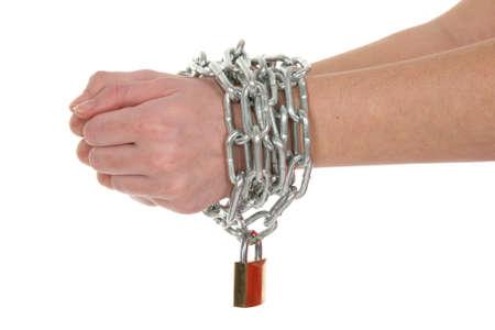 delincuencia: Manos en una cadena de cintas y candado de latón aislados sobre fondo blanco