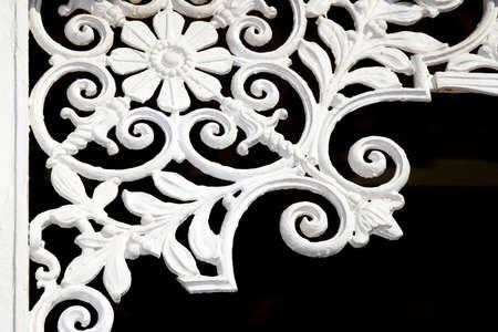 쇠 격자: 오래 된 건물의 모서리에있는 포도 수확 철 격자 예술 작품