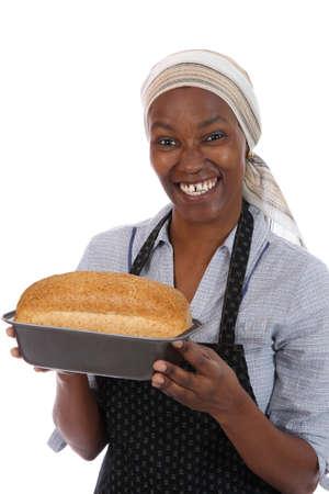 panadero: Feliz sonriente mujer africana con un pan recién horneado de pan