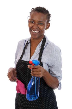 servicio domestico: Lovely sonriente señora africana con un spray de limpieza y un trapo