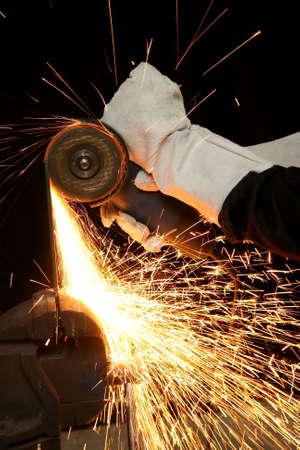 grind: Ducha de naranja chispas de un trabajador de acero pulido
