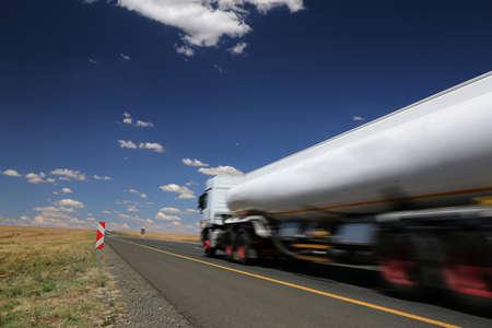 camión cisterna: Cisterna Blanco combustible de transporte de camiones por la carretera de alquitrán