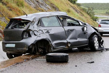 Moderne auto vast te zitten op de weg na rollen in het natte weer