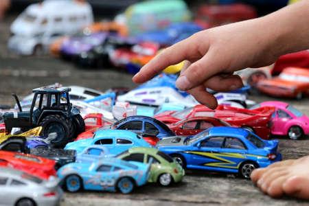 carritos de juguete: Niño jugando con su gran colección de coches de juguete