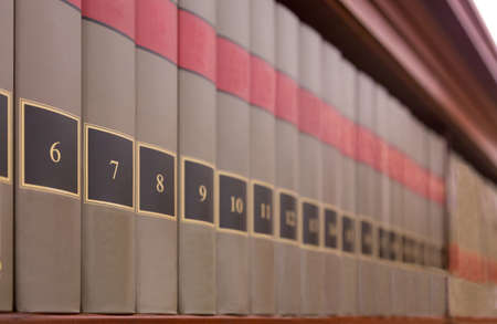 Library Books with numbers on a shelf Foto de archivo - 118999507