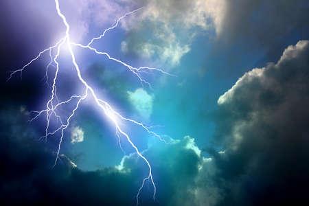 Te: Lightning in te dark sky