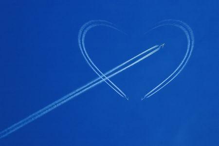 Blauwe hemel met witte jet en het hart