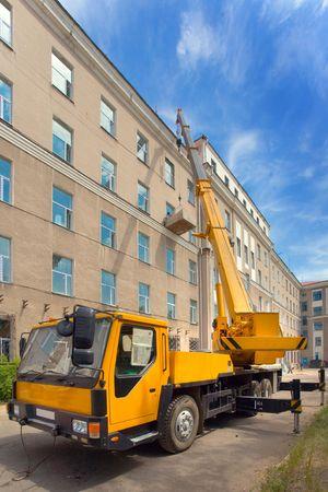 camion grua: Trabajo de cami�n gr�a m�vil pesado y cielo azul