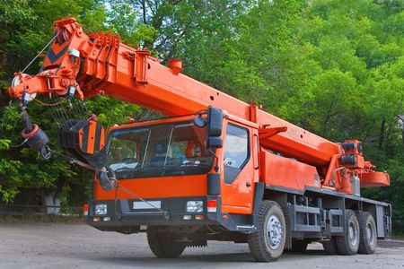 Zware mobiele kraan vrachtwagen werken en blauwe hemel Stockfoto