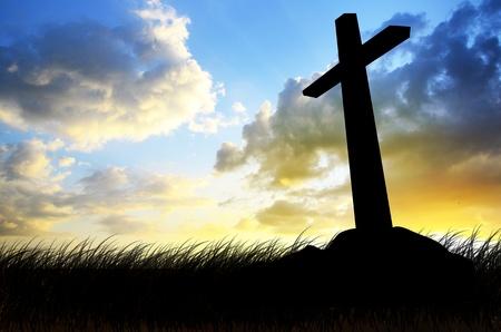 cruz de jesus: cruzar belive silueta con la puesta de sol como la muerte de fondo la crucifixión
