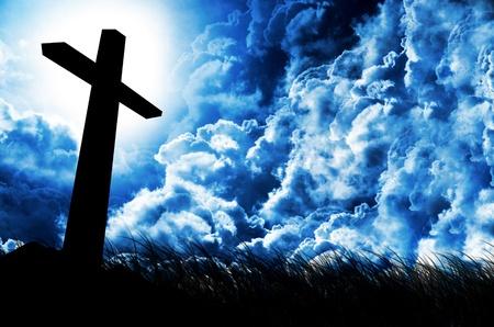 영광: 극적인 흐린 하늘에 빛나는 십자가