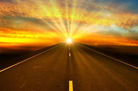 route et le coucher du soleil