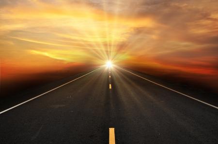 puesta de sol: Carretera y el cielo del atardecer Foto de archivo
