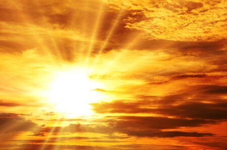 rayos de sol: Puesta del sol  salida del sol con las nubes, los rayos de luz y el efecto atmosférico otro Foto de archivo