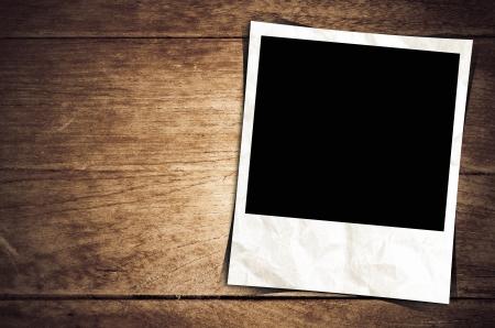 marco madera: Marco de la foto en fondo de madera vieja Foto de archivo