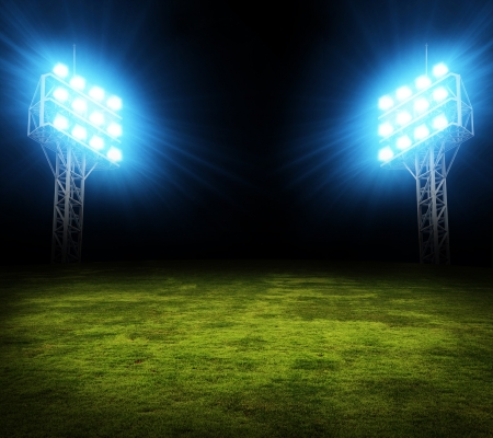 terrain foot: Terrain de soccer Vert, spots lumineux, éclairé stade