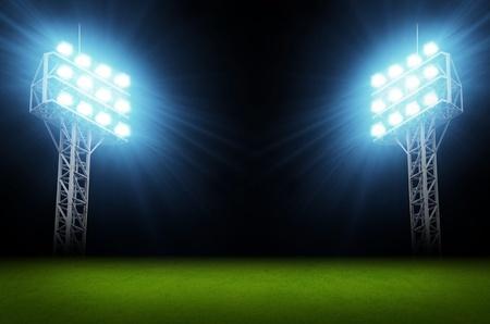 cancha de futbol: Verde campo de f?tbol, ??luces brillantes, sistema de iluminaci?n del estadio Foto de archivo