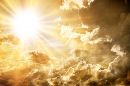 heaven: Puesta de sol  salida del sol con las nubes, los rayos de luz y el efecto de la atm?ra otros