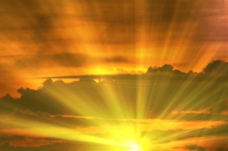 サンセット雲、光線および他の大気効果と日の出