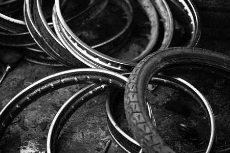 stockpiling: gran cantidad de neum�ticos de las ruedas de uso de la motocicleta