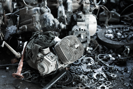 componentes: Abandonada vieja motocicleta con componentes oxidados Foto de archivo