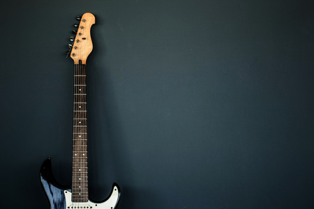 gitara: Electric guitar and the wall