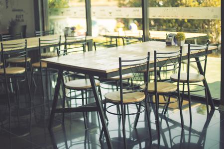 silla de madera: restaurante moderno Foto de archivo