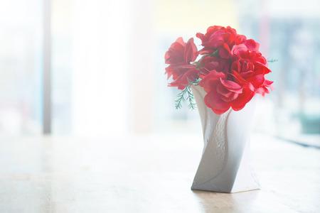 luz natural: flores decorativas en la tabla Foto de archivo