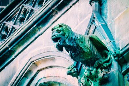Architecture tchèque, sculpture effrayante de gargouille de lion, décoration de temple gothique. Art médiéval, statue de monstre de gargouille mystique, cathédrale Saint-Guy.