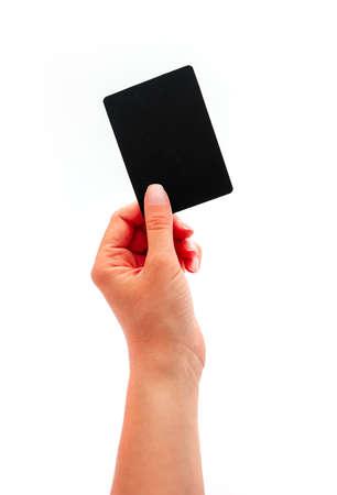 Weibliche Hand, die eine schwarze Karte, lokalisiert auf weißem Hintergrund zeigt. Standard-Bild